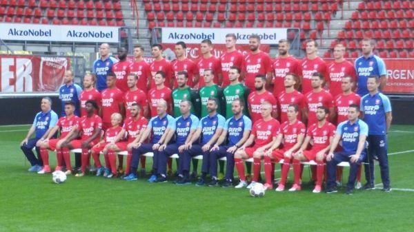 Luuk Morskieft op de teamfoto van FC Twente