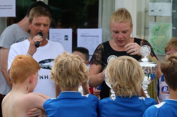 Erwin Kamphuis, namens Kamphuis Sloopwerken en asbestsanering reikt de prijzen uit