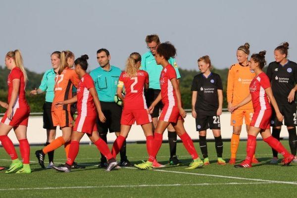 3 speelsters Reutum jeugd line up bij FC Twente Vr.1 - PSV vr.1