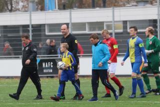 Scheidsrechter Niels Raaben en beide assistent scheidsrechters