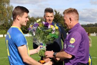 In het kader van week van de scheidsrechter een bos bloemen voor scheidsrechter Bloksma